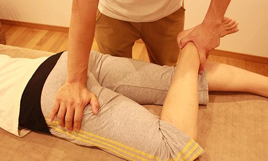 患部の状態をチェック どのような怪我なのかを確認するのはもちろん、柔軟性や筋力、反射神経などもチェックしてどの程度の怪我なのかを判断します。