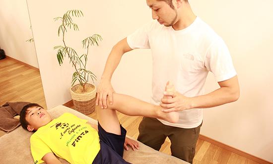 患部の状態をチェック 成長痛の有無の確認の他に、柔軟性や筋力、反射神経などもチェックし、どの程度の怪我なのかを判断します。