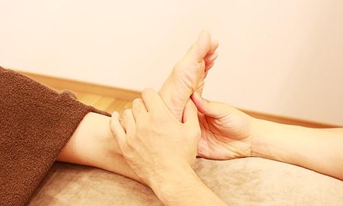 身体の歪みや筋肉の緊張をチェック 自律神経が乱れるとカラダは敏感に反応します。筋肉の緊張の有無などを確認していきます。